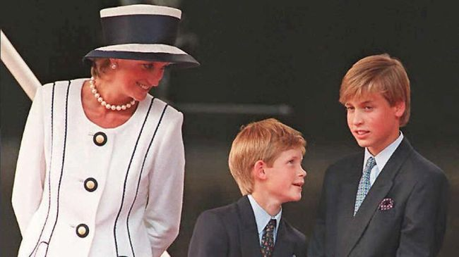 (FILES) Princess Diana (L), Prince Harry, (C) and Prince William (R) gather for the commemorations of VJ Day, 19 August 1995, in London. Prince William turned 25 Thursday 21 June 2007, and in doing so became entitled to part of the multi-million pound (euro, dollar) inheritance left to him by his late mother, princess Diana. The second in line to the throne is now allowed access to the income accrued on the 6.5 million pounds he was left in his mother's will after she died 10 years ago in a car crash in Paris. AFP PHOTO/JOHNNY EGGITT/FILES (Photo by JOHNNY EGGITT / AFP FILES / AFP)