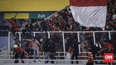 Suporter Timnas Indonesia rusuh usai tim idolanya menelan kekalahan 2-3 dari Malaysia pada Kualifikasi Piala Dunia 2022 di SUGBK, Jakarta, Kamis (5/9).