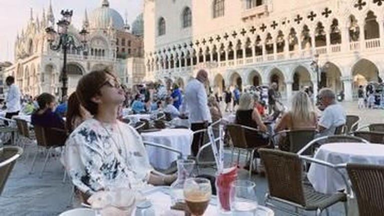 Kemudian, RM BTS membagi foto dirinya usai makan malam di salah satu alun-alun utama di Venezia, Italia.