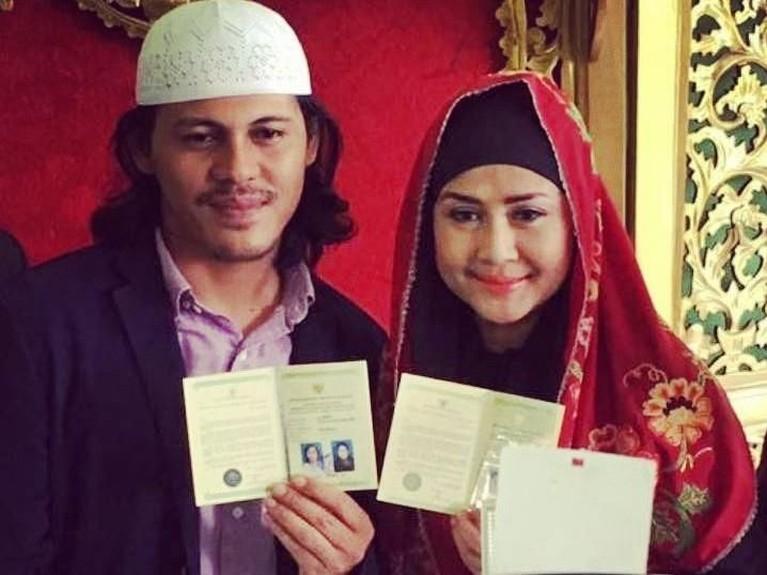 Ria dan Mayk pun resmi menikah pada Jumat 23 Desember 2016 lalu. Pernikahan itu di Kantor Urusan Agama atau KUA Lebak Bulus, Jakarta Selatan.