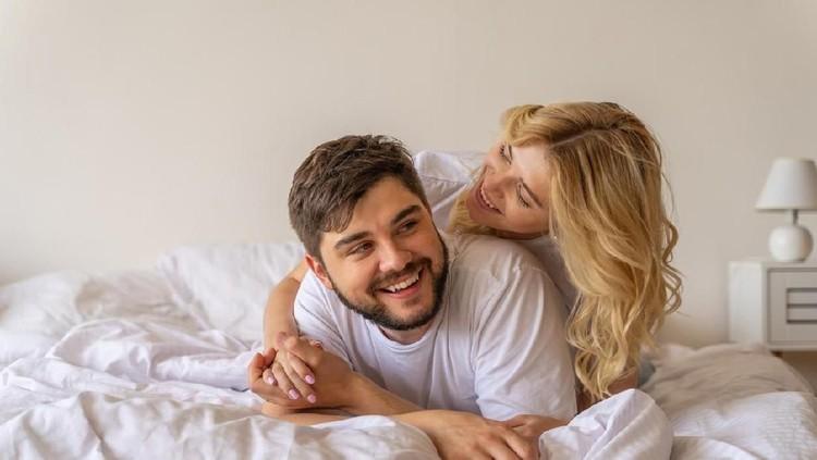 Saat istri memakai KB spiral banyak suami mengeluh jadi enggak nyaman nih, Bunda. Simak caranya agar enggak mengganggu hubungan seksual.