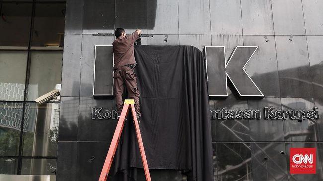 Pegawai KPK akan beralih status menjadi ASN dalam waktu dua tahun ke depan. Perubahan status sebagai ASN dianggap bentuk pelemahan KPK.