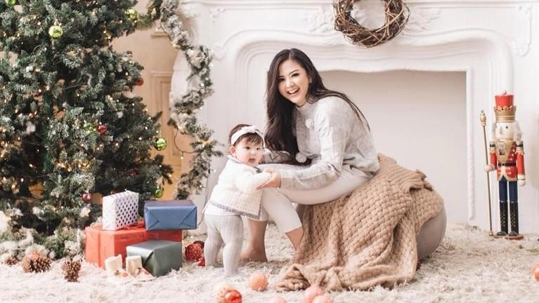 Natal pertama bersama Zylvechia, pasangan ibu anak ini kompak mengenakan busana dengan warna senada.