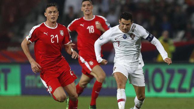 Gelandang Manchester United Nemanja Matic sengaja menunggu penyerang Portugal Cristiano Ronaldo keluar ruang ganti usai laga Kualifikasi Piala Eropa 2020.