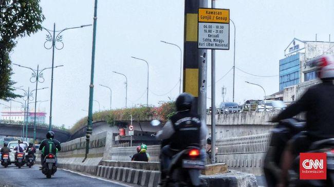 Kendaraan melintasi rambu pembatasan kendaraan ganjil-genap di Jalan Matraman. Jakarta, Minggu 8 September 2019. Pemprov DKI Jakarta secara resmi akan memberlakukan perluasan ganjil-genap di 25 ruas jalan pada haribSenin, 9 September 2019. CNN Indonesia/Andry Novelino