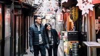<p><em>Quality time</em> berdua menikmati sudut Kota Tokyo sambil gandengan tangan. <em>Sweet</em>! (Foto: Instagram @elsapasaka_r)</p>