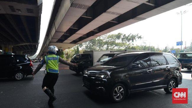 Sejumlah pengemudi mengaku tak tahu ganjil genap diberlakukan sampai ke gerbang tol serta jalur alternatifnya dan menyebut hal itu menutup akses transportasi.