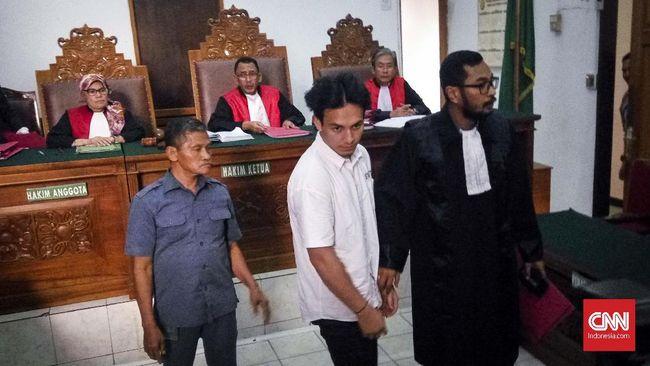 Hakim menjatuhkan vonis untuk Jefri Nichol lebih rendah dari tuntutan jaksa, dan memerintahkan sisa hukuman diselesaikan di RSKO Cibubur.