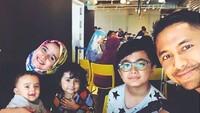 <p>Hengky menyempatkan waktu untuk mengajak keluarga kecilnya menikmati makan di luar rumah. (Foto: Instagram @sonyafatmala)</p>