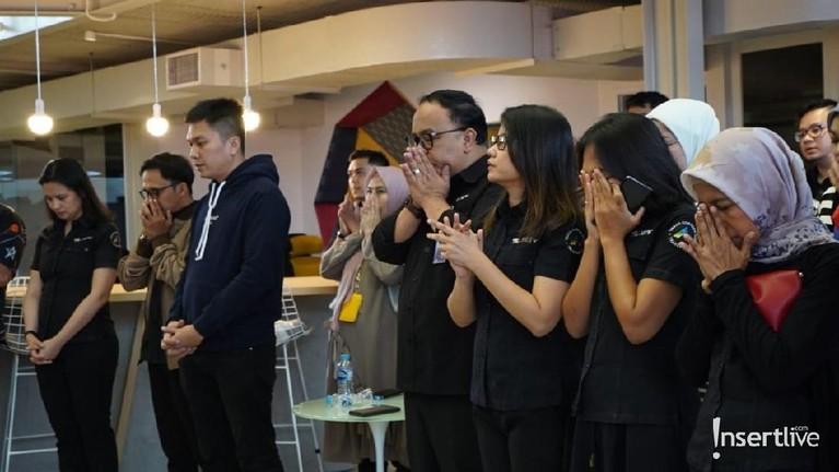 Dalam acara syukuran penayangan perdana Insert Story, semua pihak yang hadir juga melakukan doa bersama lintas agama.