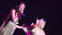 Afi juga duet dengan Hetty Koes Endang di Singapura beberapa waktu lalu. (Foto: Instagram @hke57)