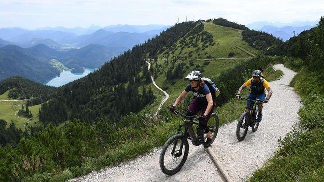 Walau demikian, banyak pendaki yang merasa keberatan dengan keberadaan sepeda listrik di jalur pendakian.