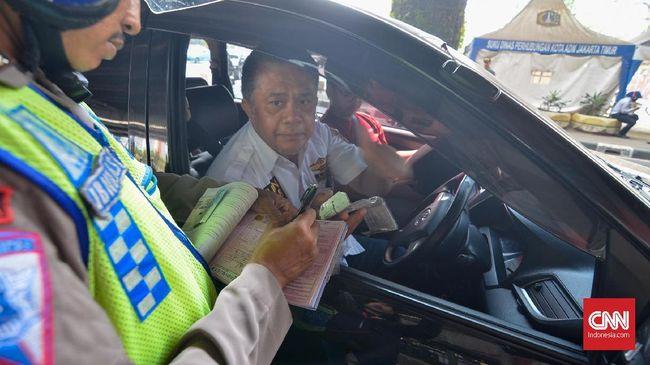 Polisi mencatat ada 1.904 pengendara roda empat yang terkena tilang pada pelaksanaan perluasan sistem ganjil genap hari pertama, Senin (9/9).