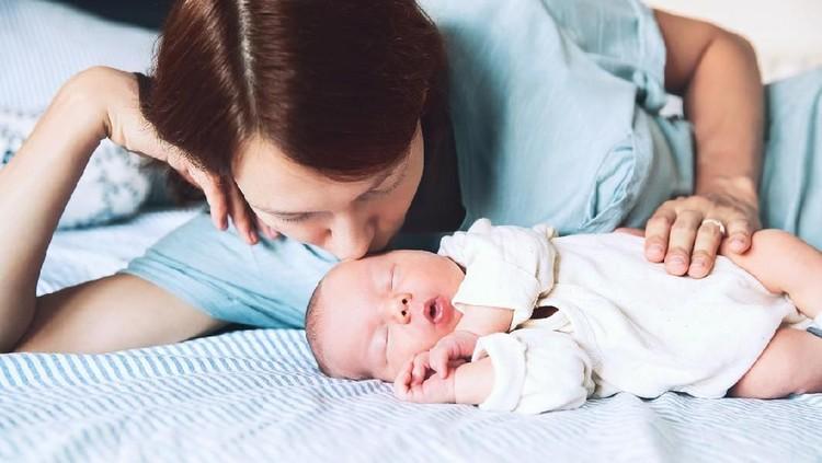 Menyusui sambil berbaring disebut-sebut dapat membahayakan bayi. Salah satunya bisa menyebabkan iritasi telinga.