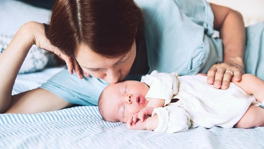 Bahaya Menyusui Bayi Sambil Berbaring, Bunda Perlu Tahu!