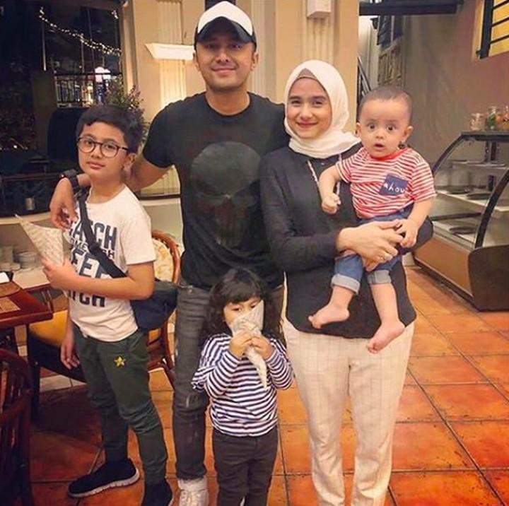 <p>Pada September 2018, Hengky Kurniawan dilantik sebagai wakil bupati Bandung Barat. Setelah itu, Hengky memanfaatkan waktu <em>weekend</em> untuk dihabiskan bersama istrinya, Sonya Fatmala dan sang anak. (Foto: Instagram @sonyafatmala)</p>