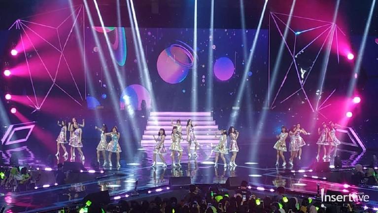 JKT48 tampil ceria dengan membawakan lagu Havy Rotation.