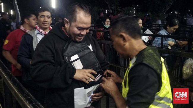 Aparat gabungan Polri, TNI, dan Satpol PP mengamankan ratusan botol plastik para penonton pada laga Timnas Indonesia versus Thailand di SUGBK, Selasa (10/9).