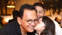 <p>Gading dan Gempi merayakan Hari Ayah bersama Opa Roy. Ciuman sayang dari cucu tercinta. (Foto: Instagram @gadiiing) </p>