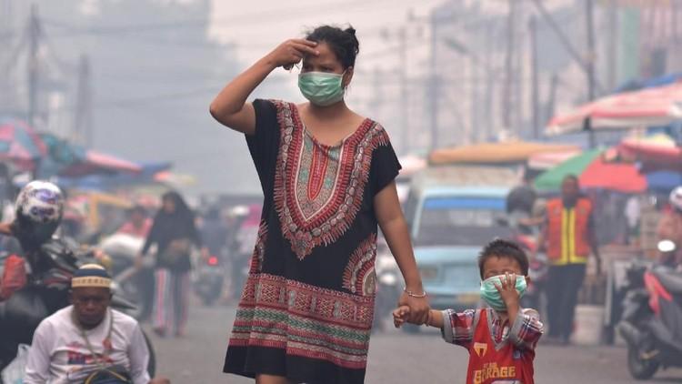 Kebakaran hutan di Riau mengekspor sejumlah asap ke Jambi, akibatnya anak sekolah kena imbasnya. Simak bahaya terpapar asap kebakaran bagi kesehatan.