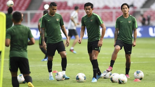 Timnas Indonesia dan Thailand menjalani persiapan akhir di SUGBK, Senin (9/9) malam. Indonesia akan melawan Thailand pada Selasa (10/9) malam.