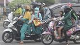 Asap karena kebakaran hutan dan lahan di Pekanbaru, Riau makin pekat. Warga harus mengenakan masker bila ingin keluar rumah. Sekolah juga mulai diliburkan.