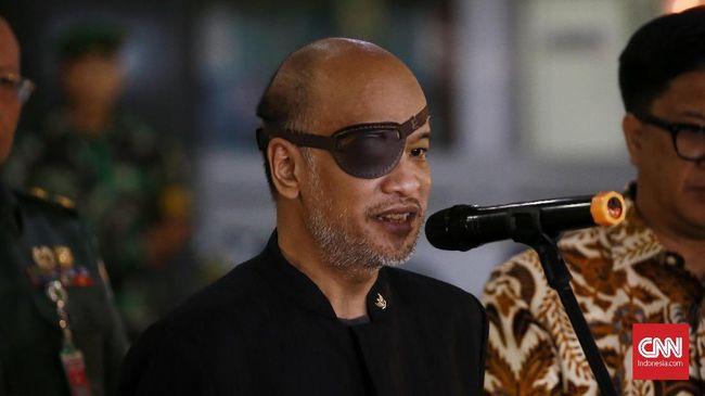 Ilham Akbar Habibie mengungkapkan bahwa Thareq Kemal Habibie menderita penyakit mata bernama glaukoma sehingga harus menutup sebelah matanya.