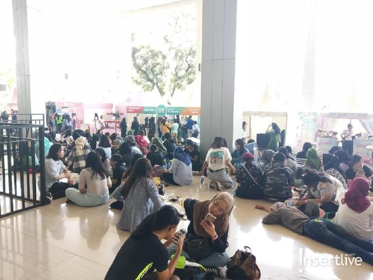 Di area luar venue juga disediakan beberapa both yang bisa dikunjungi oleh penonton sambil menunggu dimulainya konser.