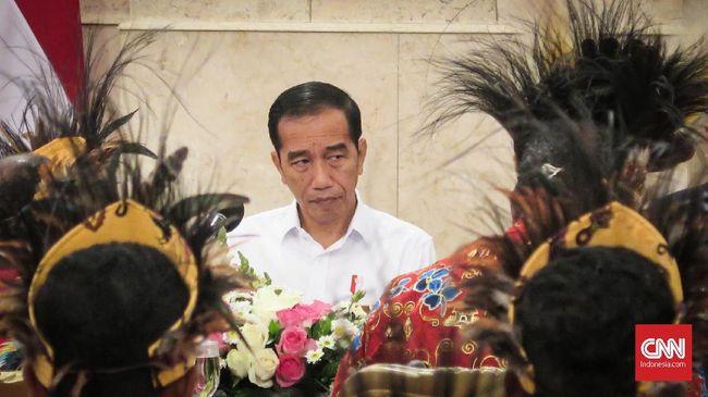 Ketua relawan Jokowi, Ambroncius Nababan, melakukan aksi rasisme terhadap orang Papua, Natalius Pigai. Jokowi pernah berjanji menjaga kehormatan warga Papua.