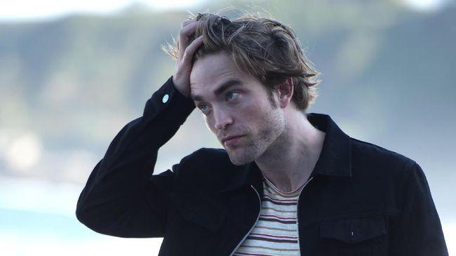 Robert Pattinson baru-baru ini kedapatan bermesraan hingga bertukar ciuman dengan kekasihnya di kawasan publik setelah dilaporkan positif Covid-19.