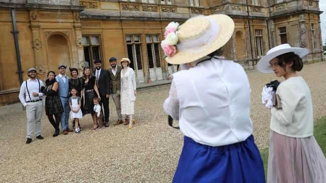 Sukses serial televisi Downton Abbey membuat penggemar berbondong-bondong datang ke Kastil Highclere, Inggris untuk mencicipi pengalaman hidup di tahun 1920-an.