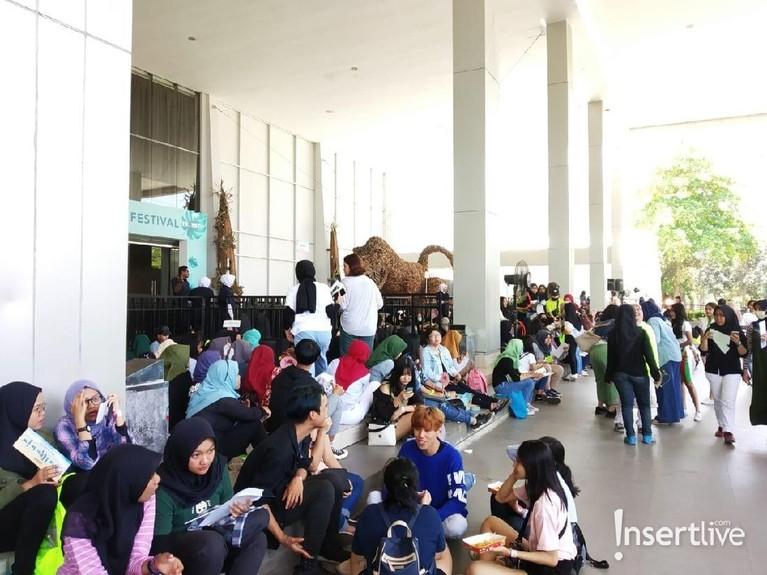 Penonton sudah mulai memadati area Ecovention Ancol, Jakarta Utara, lokasi akan digelarnya konser tersebut.