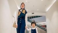 <p>Nycta sering banget nih pakai baju kompakan dengan putrinya. (Foto: Instagram @missnyctagina)</p>