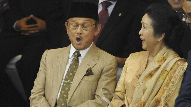 Dua hari setelah Presiden ke-3 RI BJ Habibie wafat, namanya masih menjadi pembicaraan. Publik Tanah Air masih mengenang sosok negarawan sejati itu.