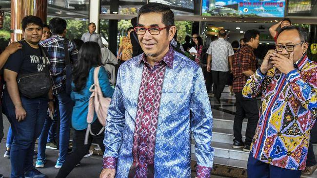 Mantan Ketua MK Hamdan Zoelva (tengah) berjalan usai menjenguk Presiden ketiga RI BJ Habibie di Rumah Sakit Pusat Angkatan Darat (RSPAD), Jakarta, Selasa (10/9/2019). ANTARA FOTO/Galih Pradipta/aww.