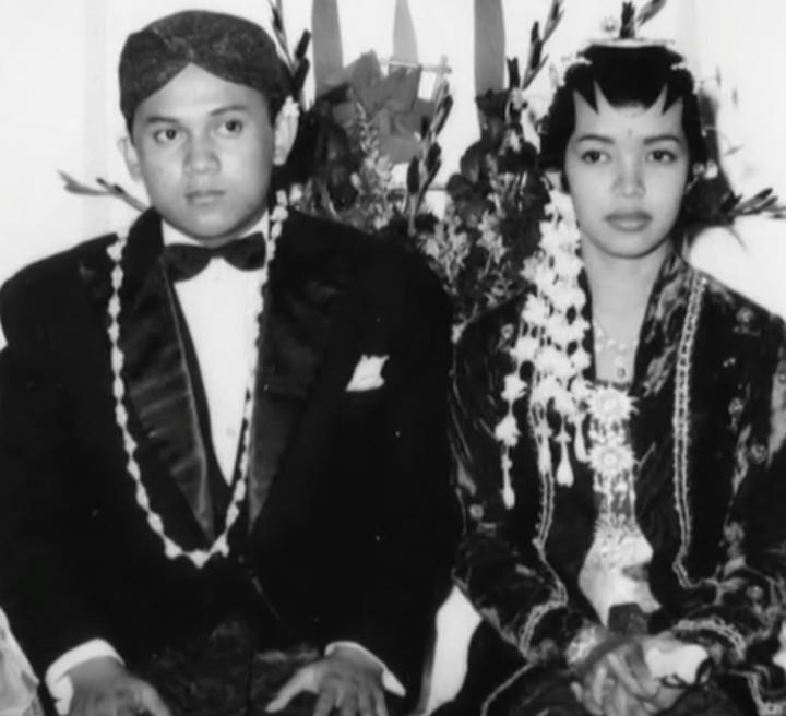 Kisah cinta BJ Habibie dan Ainun diangkat ke dalam sebuah film layar lebar dan sukses besar.
