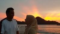 <p>Pantai menjadi salah satu destinasi yang sering didatangi Astri dan suaminya. (Foto: Instagram @astrie_ivo)</p>