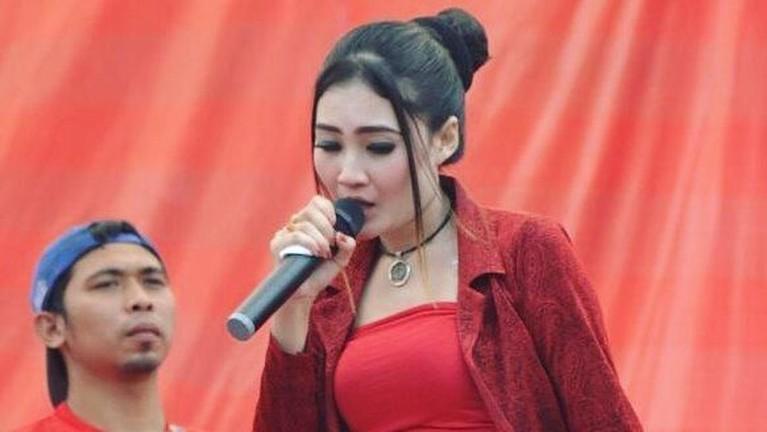 Nella Kharisma juga belum lama ini mengeluarkan sebuah lagu baru berjudul Balungan Kere yang trending di YouTube.
