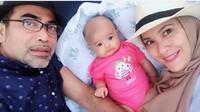 <p><em>Throwback</em>! Elma dan sang suami, Julianda Barus sedang momong Eijaz saat masih bayi. (Foto: Instagram/ @elmatheana) </p>