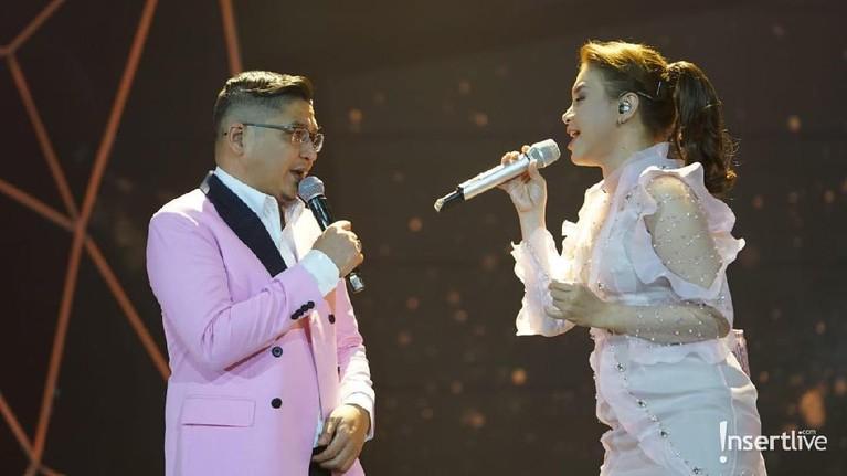 Rossa dan Ungu berduet menyanyikan lagu Tercipta Untukku yang sukses membuat penonton baper.