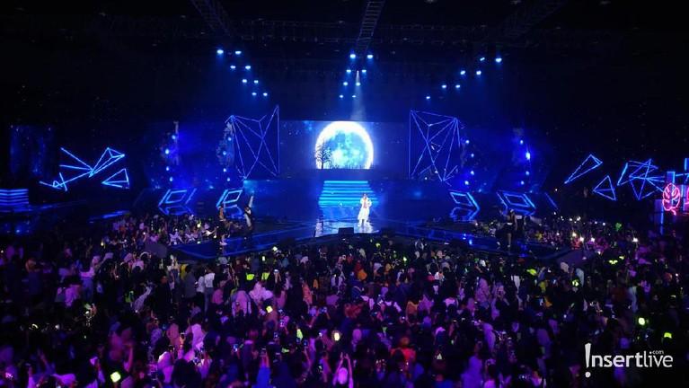 Cakra Khan bernyanyi bersama penonton melantunkan lagu Cinta Luar Biasayang dipopulerkan Anmesh.