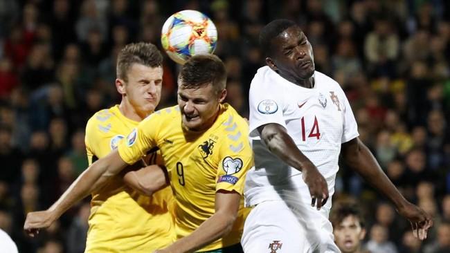 Cristiano Ronaldo mengejar rekor mantan pemain timnas Iran Ali Daei usai mencetak quattrick saat Portugal menang telak 5-1 atas Lithuania.