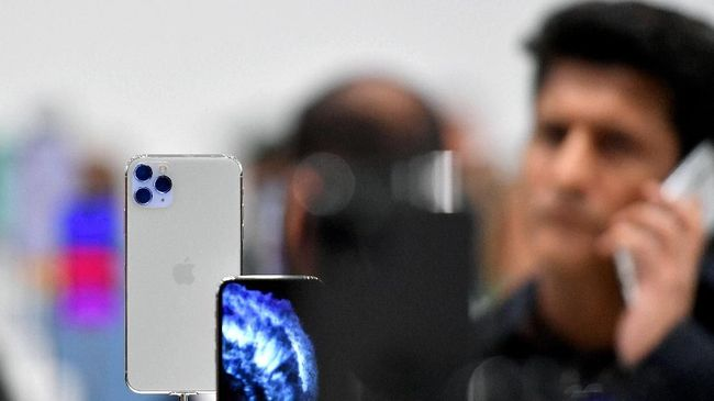 The new Apple 11 Pro is seen on display during an Apple product launch event at Apple's headquarters in Cupertino, California on September 10, 2019. - Apple unveiled its iPhone 11 models Tuesday, touting upgraded, ultra-wide cameras as it updated its popular smartphone lineup and cut its entry price to $699. (Photo by Josh Edelson / AFP)