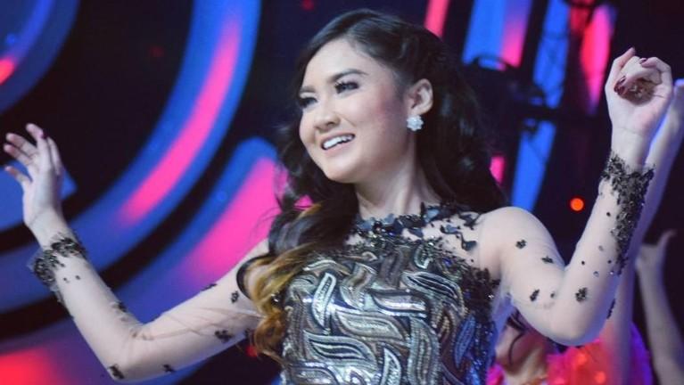 Nella Kharisma merupakan salah satu penyanyi dangdut yang sedang bersinar di Indonesia. Berikut sejumlah potret aksi Nella ketika bernyanyi di atas panggung.