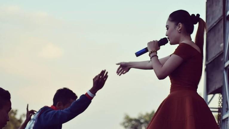 Nella Kharisma adalah penyanyi dangdut yang sedang bersinar di Indonesia.