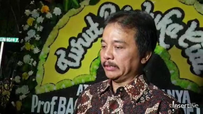 Mantan Menpora Roy Suryo juga hadir langsung untuk melihat jasad Habibie di Kawasan Patra Kuningan, Jakarta Selatan.