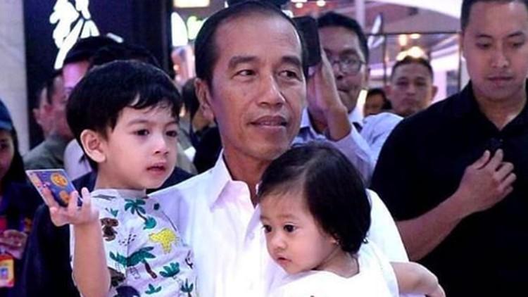 Jokowi sampai tertawa terbahak-bahak melihat kelucuan Jan Ethes di atas panggung.