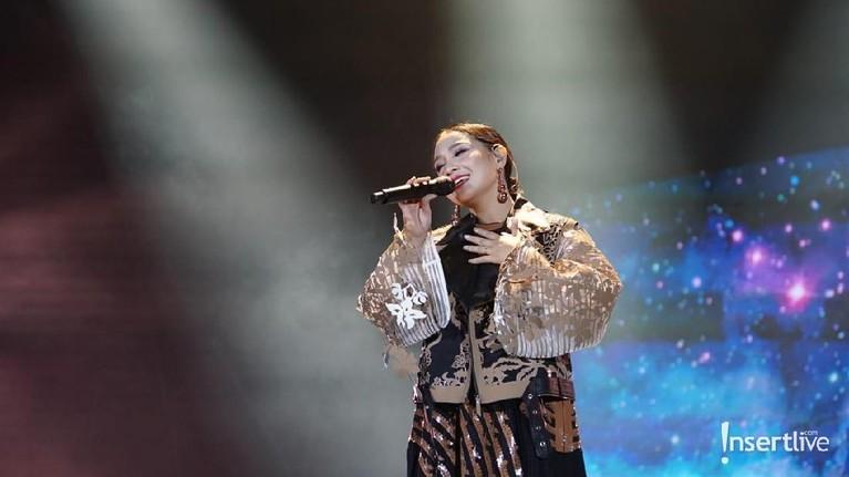 Nagita Slavina tampil bersama The Fly menyanyikan lagu Terbang.
