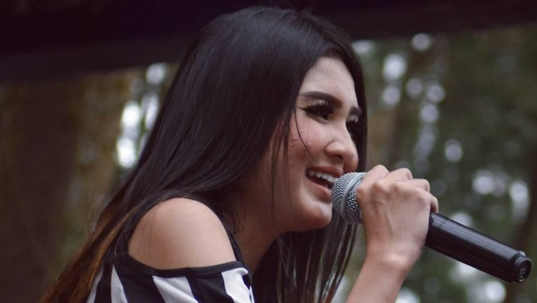 Nella Kharisma kemudian mulai bergabung dengan orkes dangdut Lagista yang sangat populer di Jawa Timur.