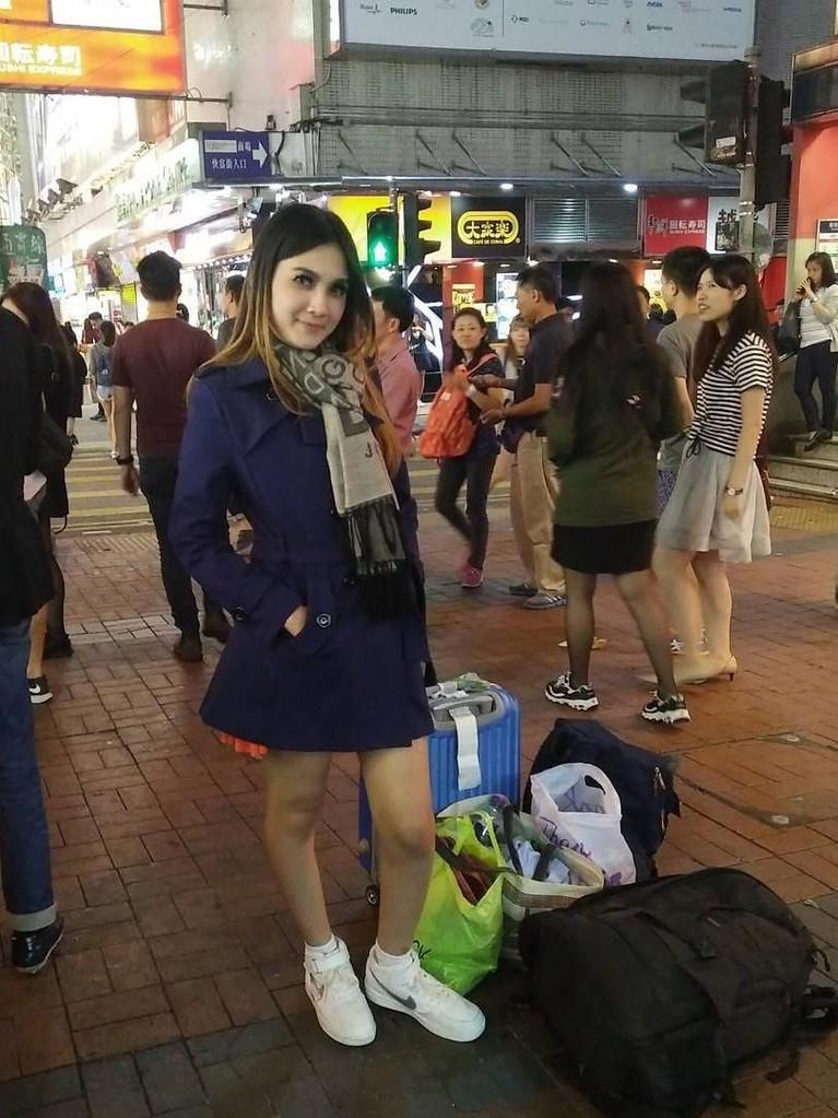 Penampilan Nella Kharisma ketika sedang berlibur ke Mongkok, Hongkong.